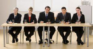 Selvom ansættelsesudvalg i udgangspunktet er en god idé – fordi der er flere øjne på kandidaten – vil der ofte være nogle særlige (magt-)relationer mellem deltagerne, i ansættelsesudvalget, som påvirker resultatet i en given retning. Og selv hvis man ser bort fra dette, er selve jobsamtalekonceptet – og de personlighedsforståelser som der ligger i det – stadig problematisk. Billede hentet fra: http://www.callcentrehelper.com/ten-probing-interview-questions-20867.htm